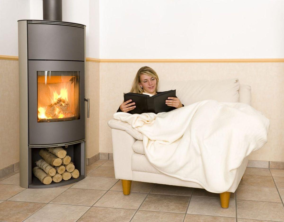 Hvis man har en brændeovn kan det varme huset op. Men ellers er tæpper og varm påklædning altid en god idé. Foto: Scanpix