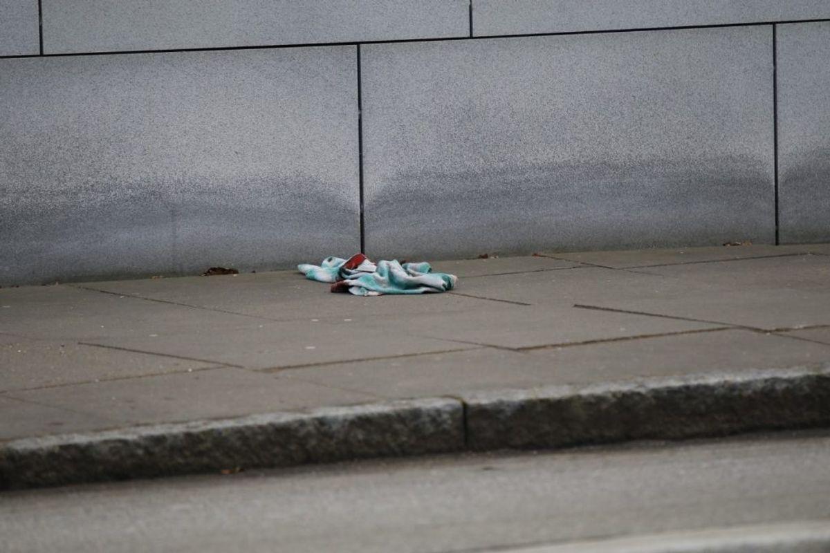 Et skænderi udviklede sig fredag eftermiddag. En mand blev stukket i hånden. KLIK for flere billeder. Foto: Presse-fotos.dk.