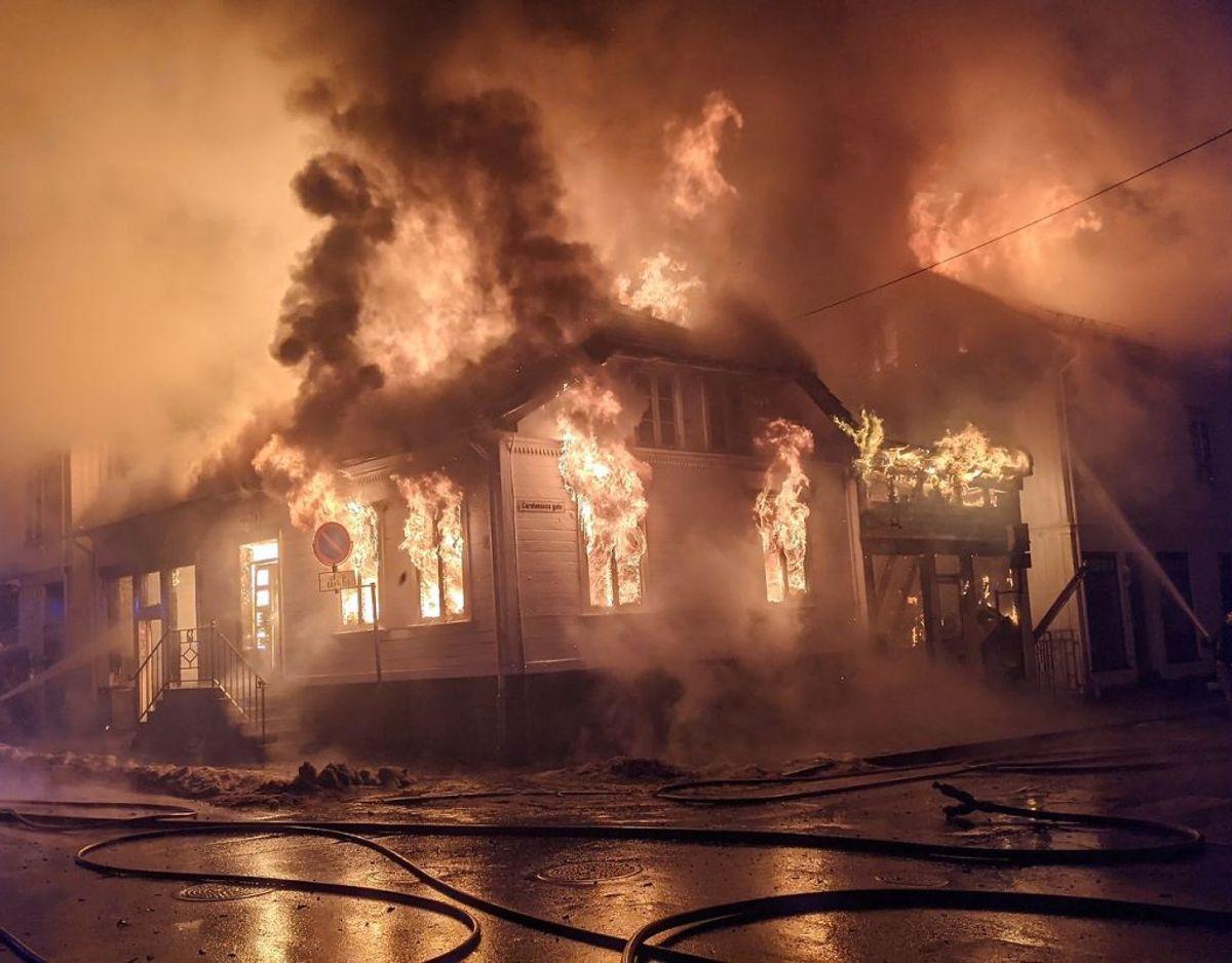 Flere bygninger står i voldsomme flammer. KLIK FOR MERE. Foto: Hans Petter Gruber Bjerva / Aust Agder Blad / NTB