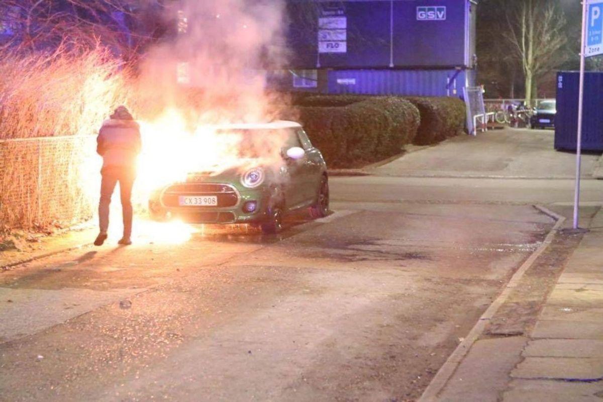 Her brand i bil på Bogskrivervej. KLIK FOR BILLEDER FRA DE ANDRE BRANDE. Foto: Presse-fotos.dk