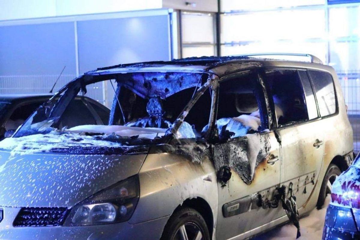 Brand i flere biler på Banevingen. Foto: Presse-fotos.dk