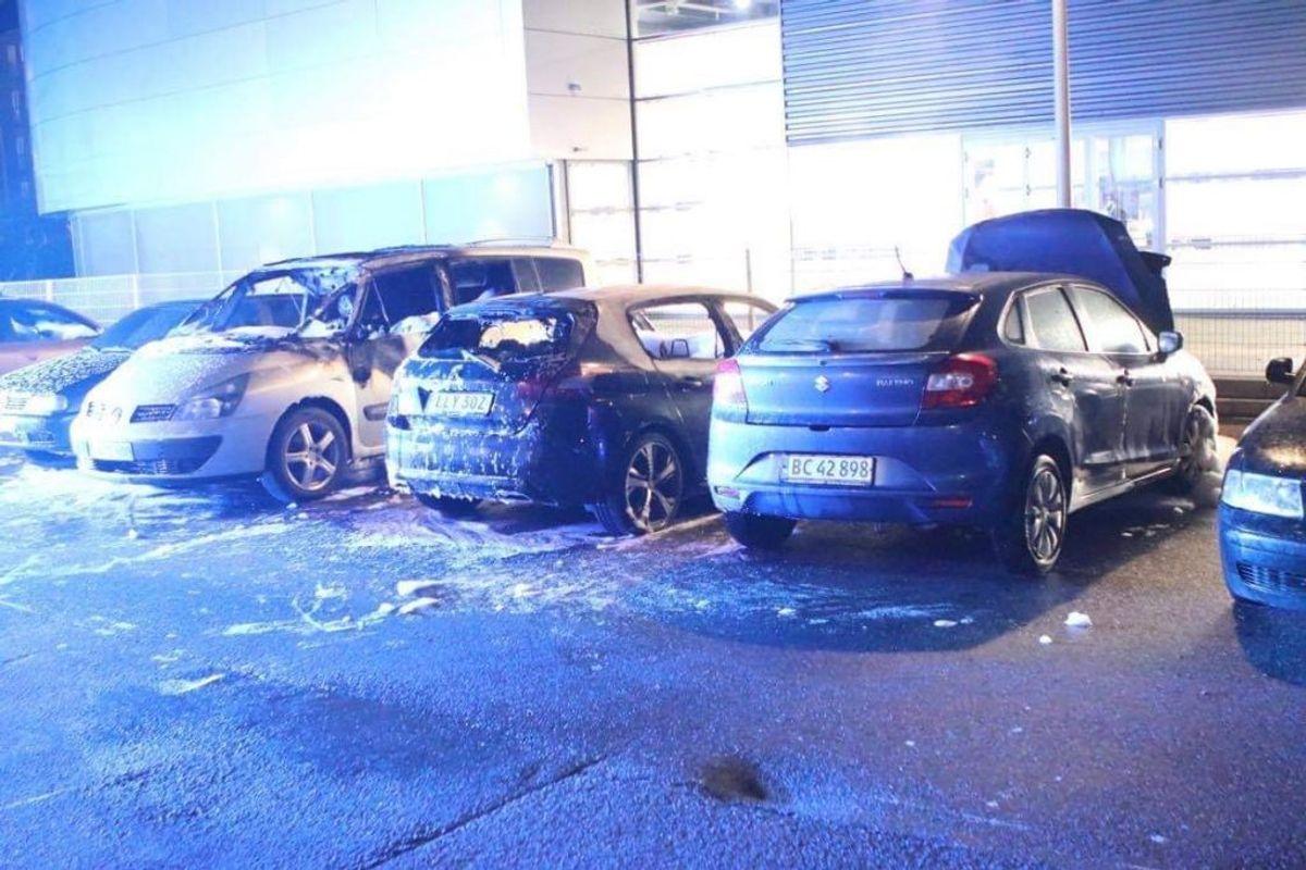 Her brand i flere biler på Banevingen.  Foto: Presse-fotos.dk