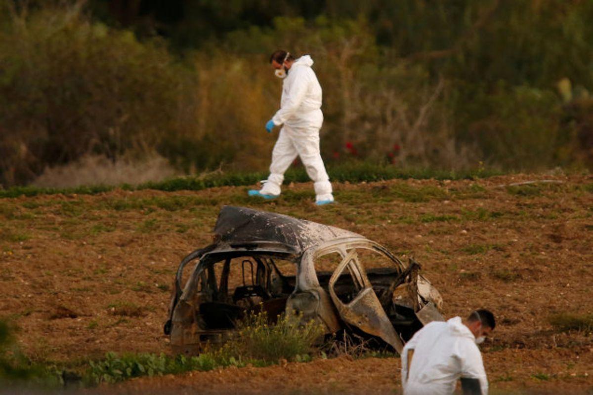 Politiets teknikere undersøger vraget af Daphne Caruana Galizias bil i oktober 2017. En kraftig bilbombe kostede den undersøgende maltesiske journalist livet. (Arkivfoto) Foto: Darrin Zammit Lupi/Reuters