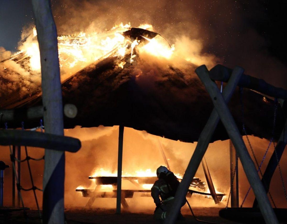 En overdækket bålplads brændte søndag ned. KLIK for flere billeder. Foto: Presse-fotos.dk.