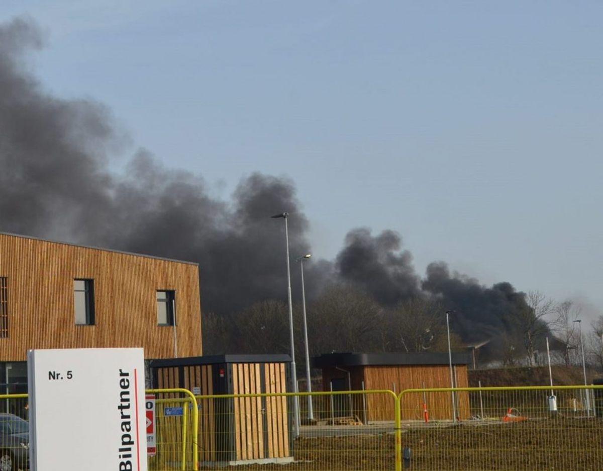 Det brænder lige nu på en genbrugsplads. Foto: KLIK for flere billeder. Foto: Presse-fotos.dk.