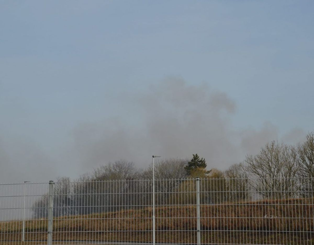 Røgen kan ses på lang afstand. Foto: Presse-fotos.dk.