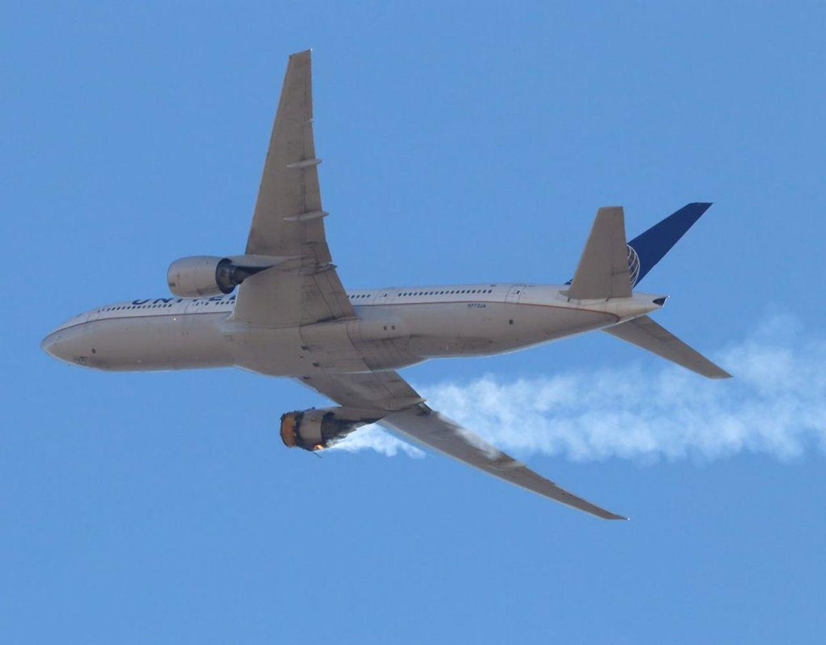 Et fly fra United Airlines måtte lørdag her vende tilbage til Denver International Airport på grund af en fejl i den ene motor. Søndag har selskabet midlertidigt taget samtlige sine fly af denne type og med samme motor ud af drift. Foto: Hayden Smith/Scanpix