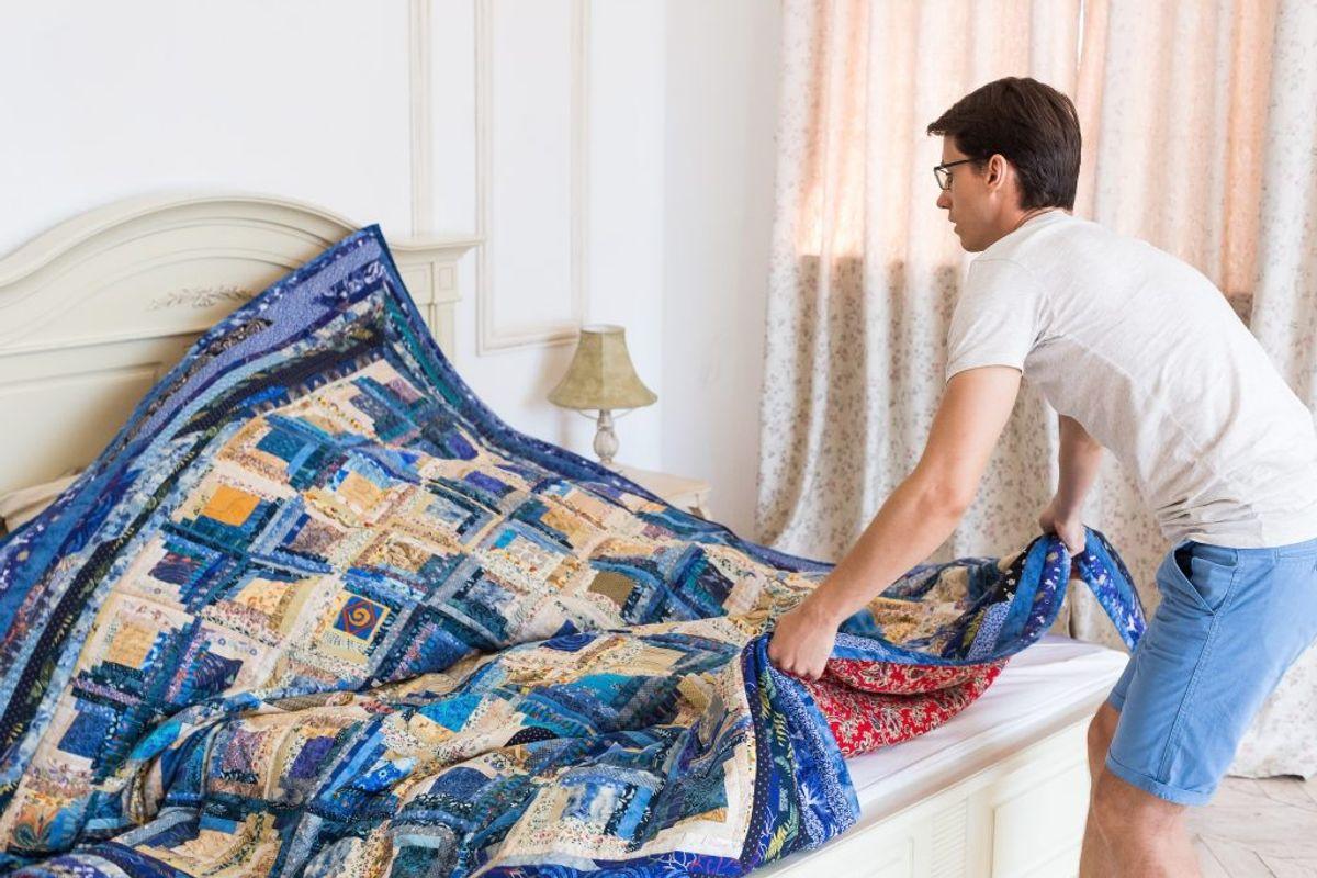 Undlad at rede din seng umiddelbart efter du har sovet, så den kommer af med fugten. Kilde: Astma-Allergi Danmark. Foto: Scanpix.