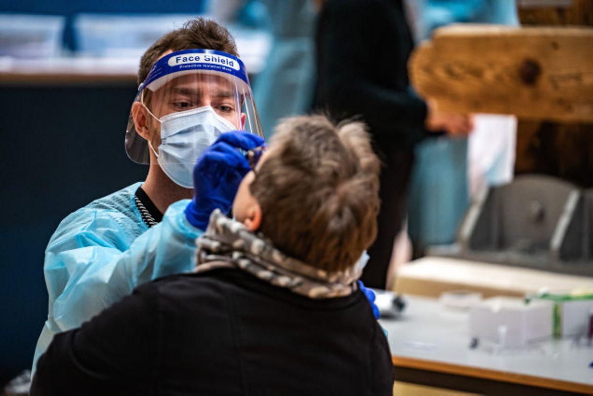 (ARKIV) Ifølge Berlingske bliver positive prøver med covid-19 fragtet til Tyskland for at blive undersøgt for mutationer. Selvom det kunne gøres langt hurtigere i DAnmark. Foto: Emil Helms/Scanpix