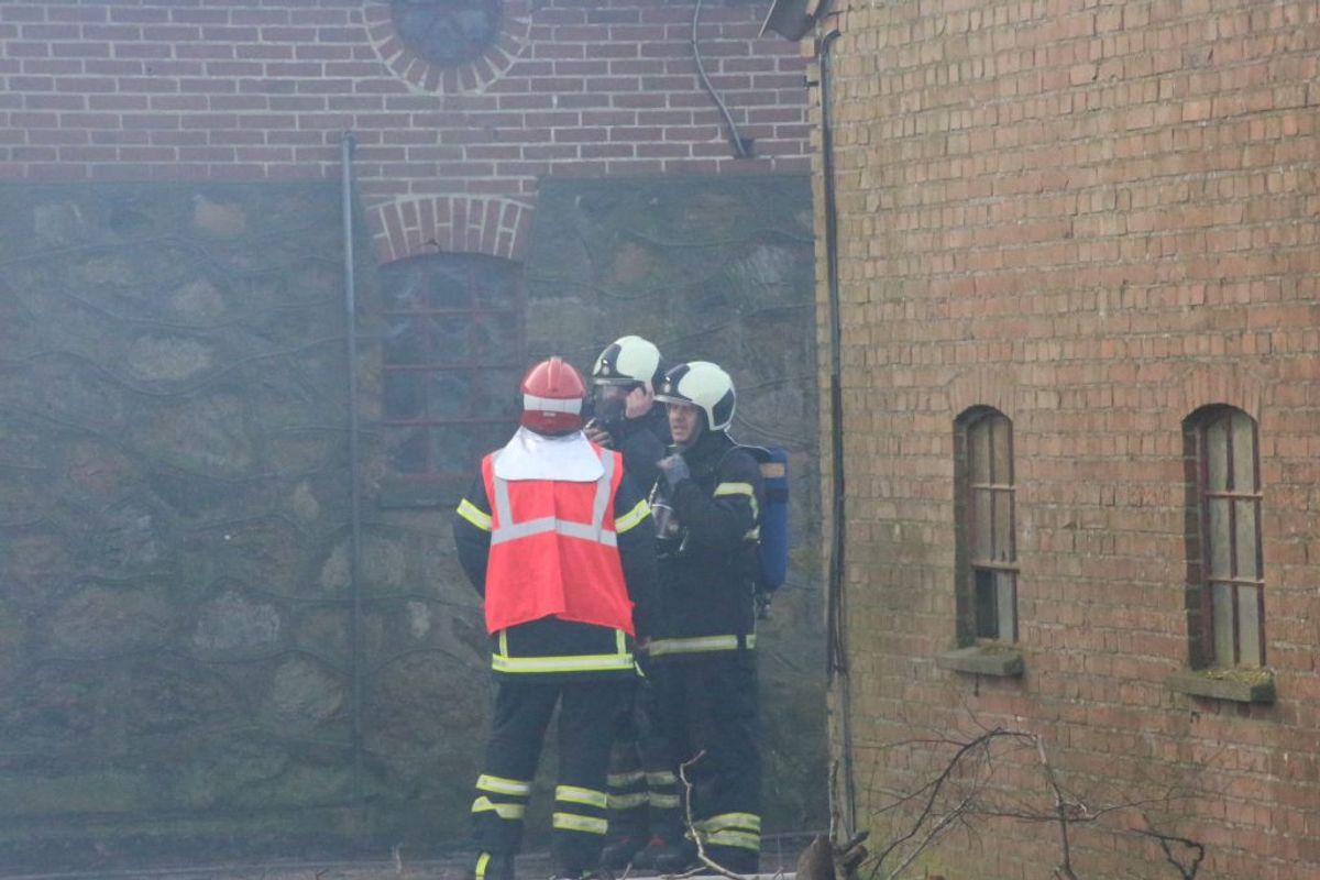 Gårdens indehaver er kommet til skade i branden. KLIK FOR FLERE BILLEDER. Foto: Presse-fotos.dk