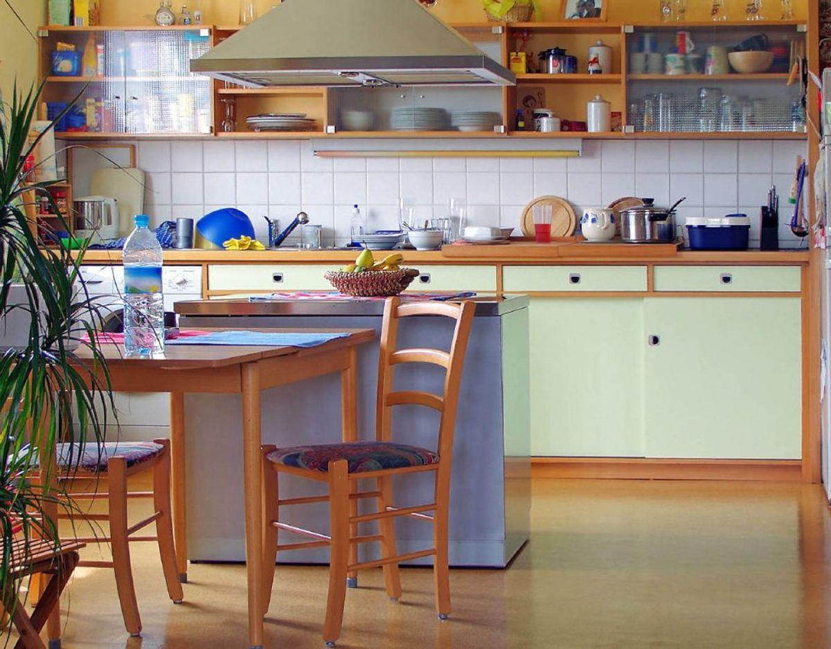 Derudover skal du huske at tørre større overflader af som eksempelvis spisebordet eller køkkenbordet. Foto: Scanpix/ genre