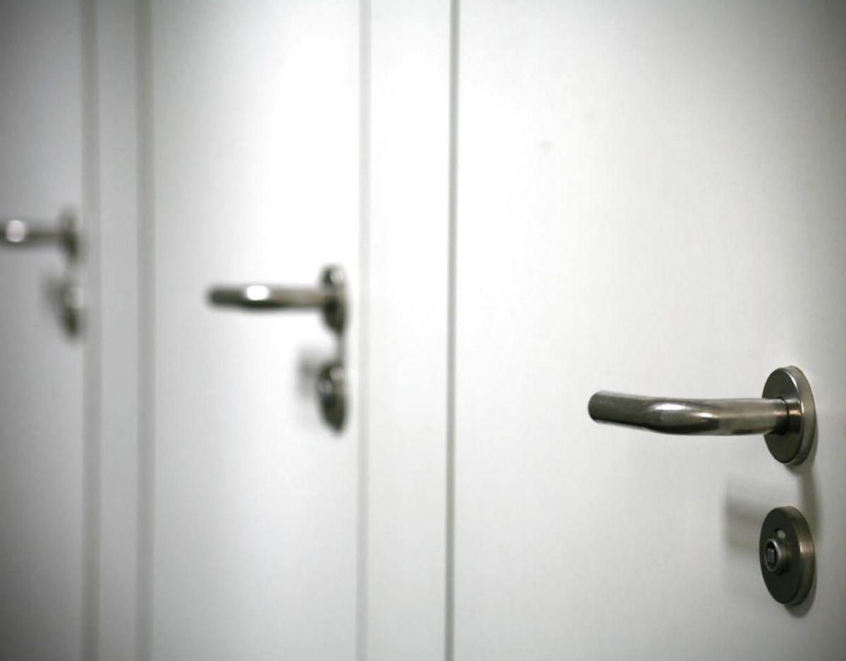 Også på dørhåndtag kan der gemme sig masser af bakterier, som skal fjernes. Foto: Scanpix/ genre