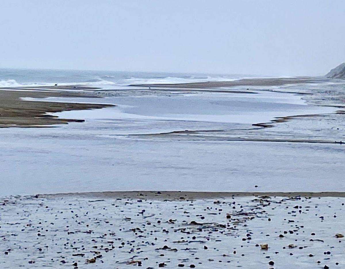 """Det er især ved den store """"sø"""", der er skabt på stranden,  man skal passe på. Det kalder strandfogen for et """"indhav"""". Foto: Michael Mørk, strandfoged."""