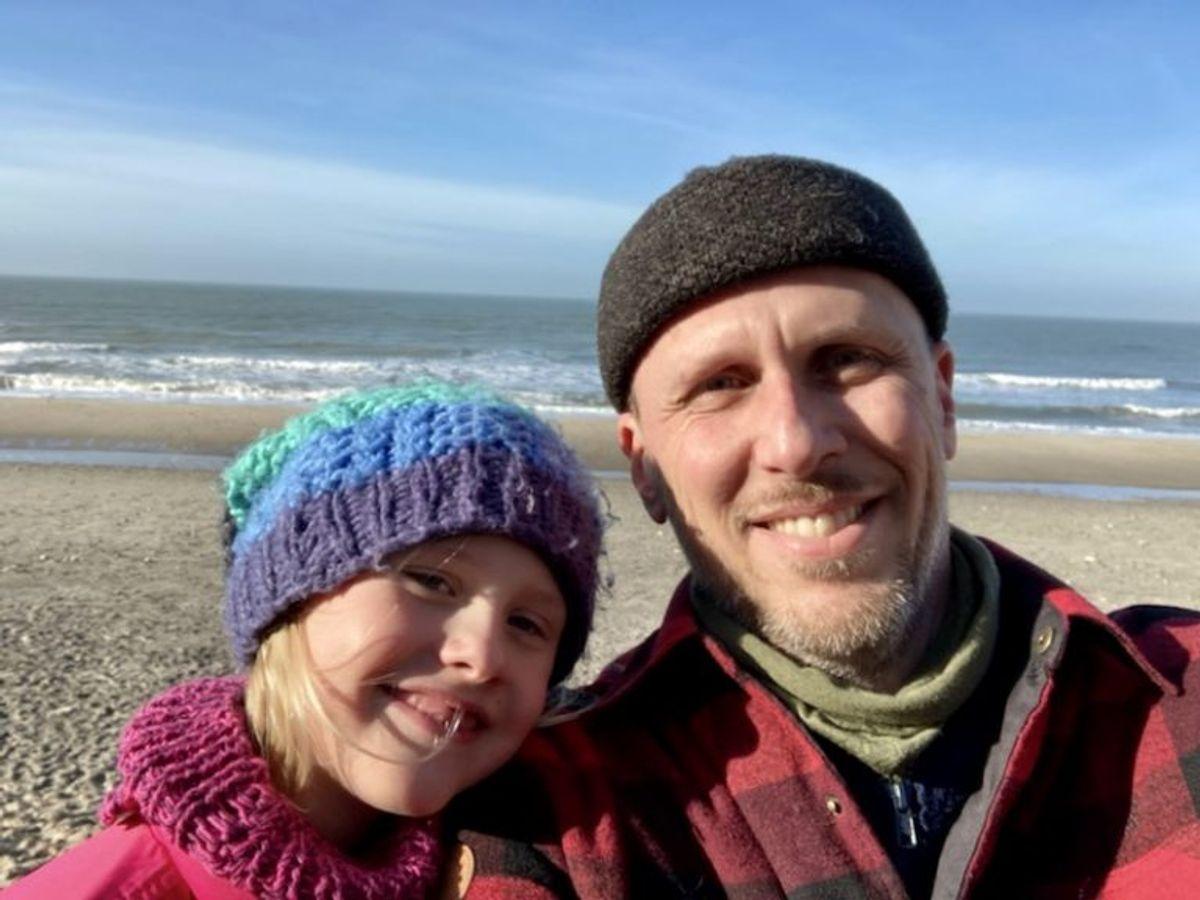 Smilet og idyllen er genoprettet hos både far Verner Becker og hans syvårige datter Line Becker Raaby. Men det var en slem forskrækkelse at sidde i kviksand til livet. KLIK FOR FLERE BILLEDER FRA STEDET. Privatfoto