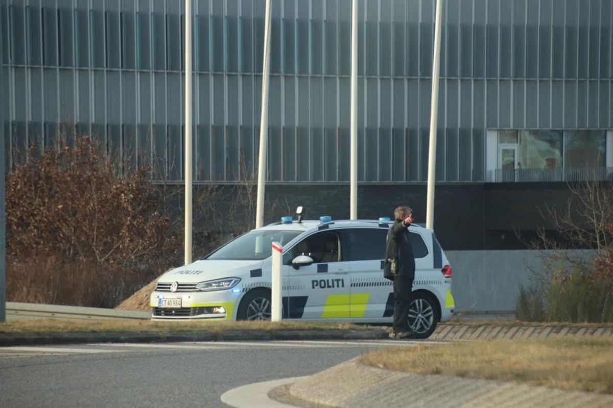Politiet omdirigerer trafikken ved politigården i Herning. KLIK FOR FLERE BILLEDER FRA STEDET. Foto: Presse-fotos.dk