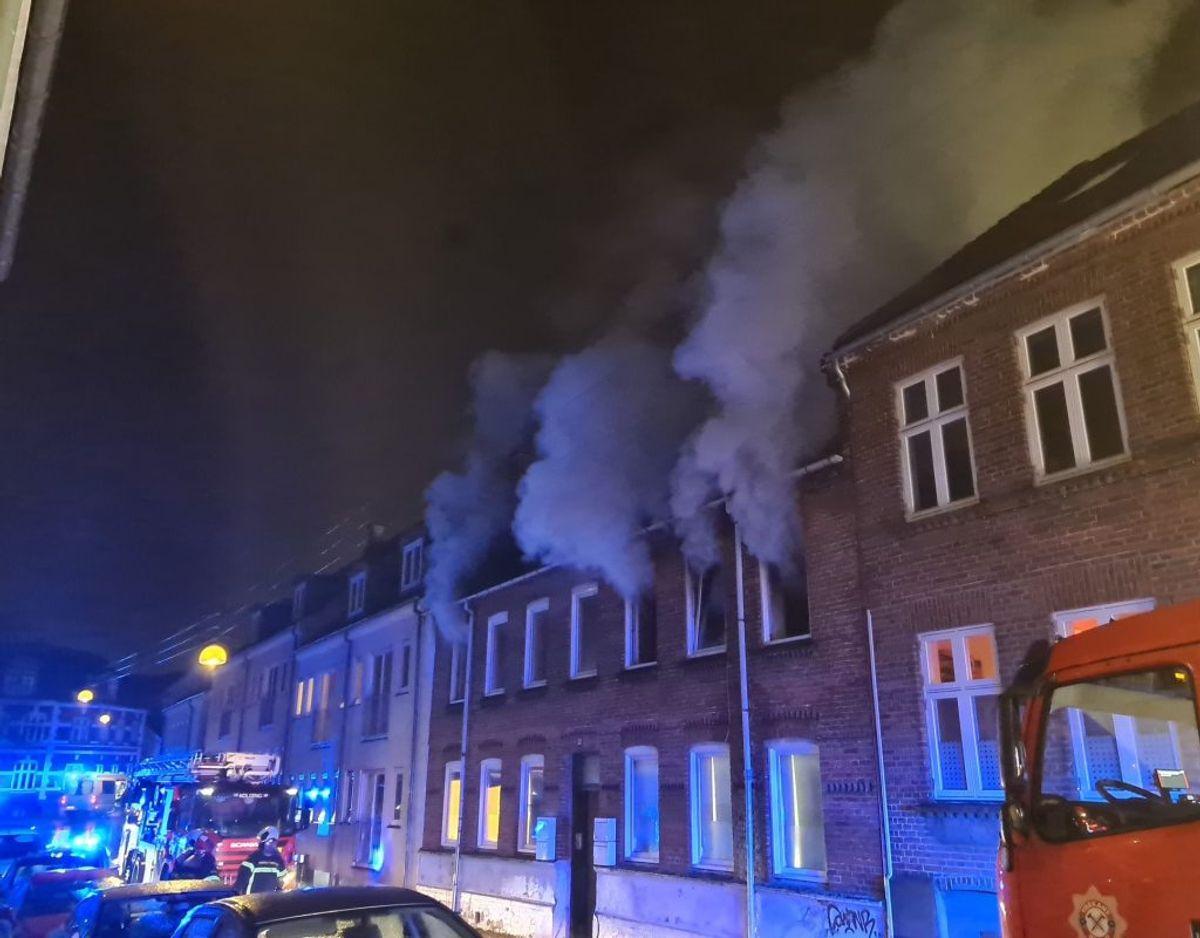 Massiv røg strømmer ud ad vinduerne efter brand i Kolding. KLIK VIDERE OG SE FLERE BILLEDER. Foto: presse-fotos.dk