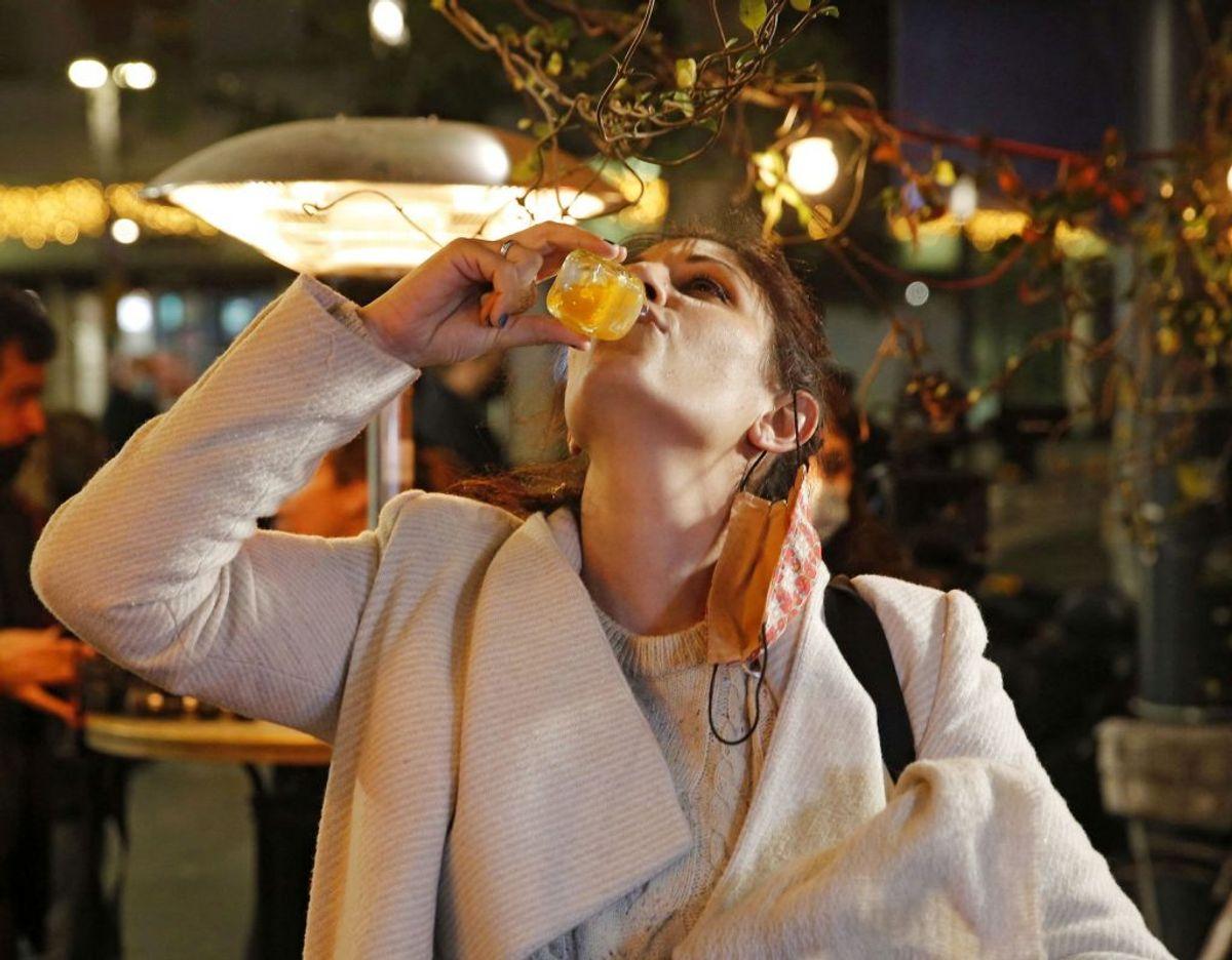 Et skud vaccine udløser et shot på en bar i Tel Aviv. KLIK VIDERE OG SE FLERE BILLEDER. Foto: Gil Cohen-Magen/AFP