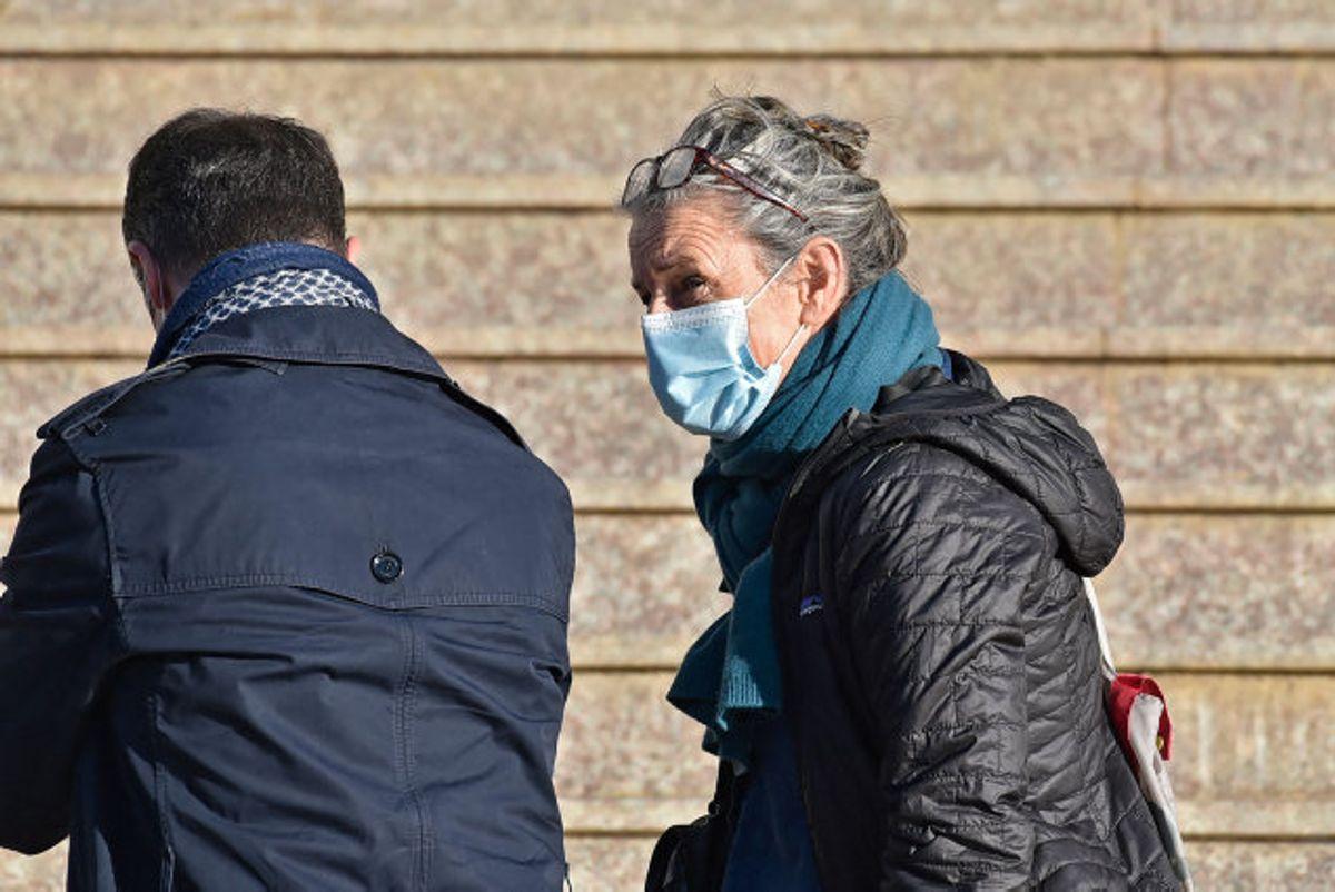 Francoise Grandclaude (th), der kom sammen med den dræbte franskmand Herve Gourdel, ankommer her til den retsbygning i Algeriets hovedstad, hvor otte mænd torsdag blev idømt en dødsstraf for at have bortført og dræbt Gourdel. Foto: Ryad Kramdi/AFP