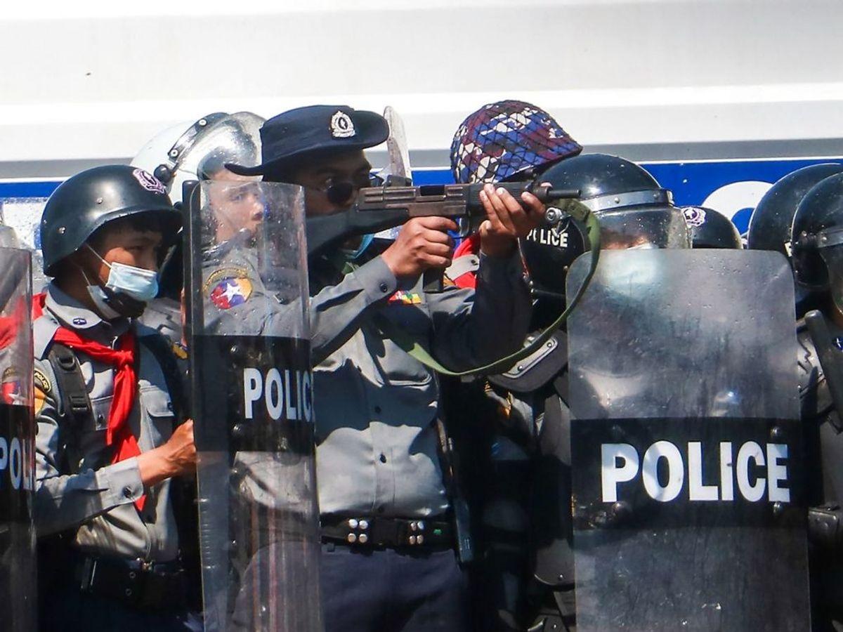 Demonstration 9. februar. Her blev en kvinde ramt af skud – nu er hun død. KLIK for mere. Foto: STR / AFP