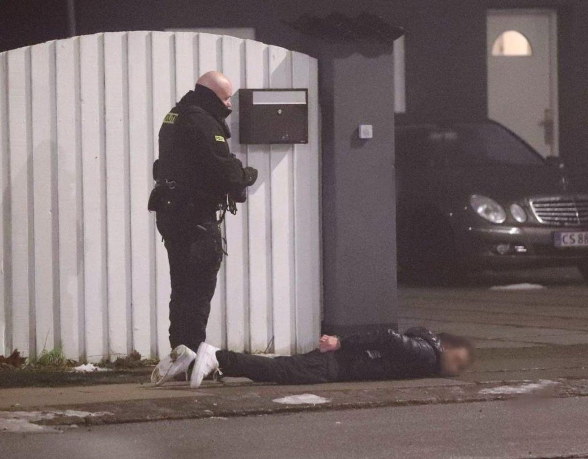 Politiet er massivt til stede ved Friheden Station, hvor flere personer øjensynligt er blevet lagt i håndjern. KLIK FOR FLERE BILLEDER FRA STEDET. Foto: Presse-fotos.dk
