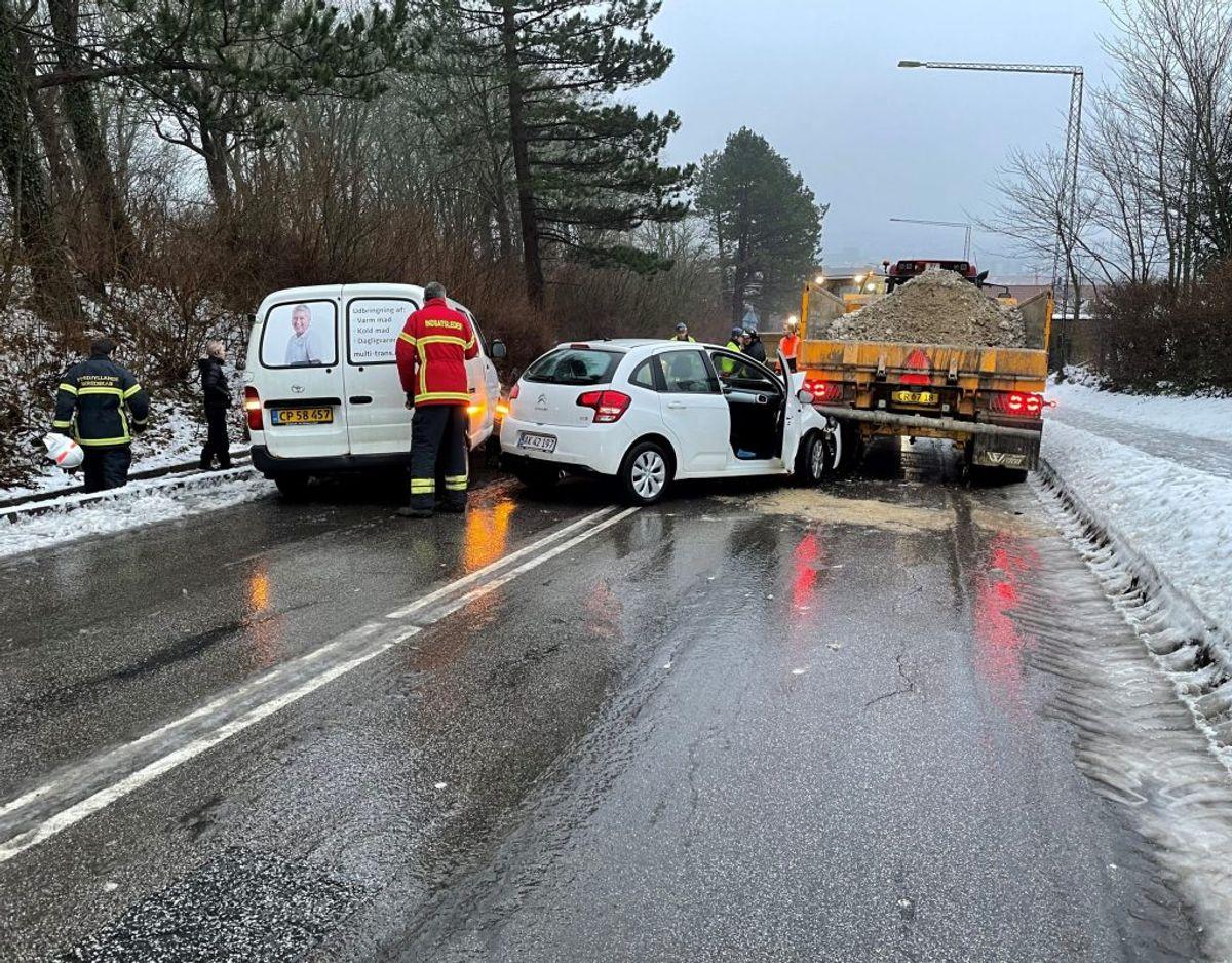 To biler skøjtede ind i traktors anhængervogn. KLIK VIDERE OG SE FLERE BILLEDER. Foto: Rasmus Skaftved