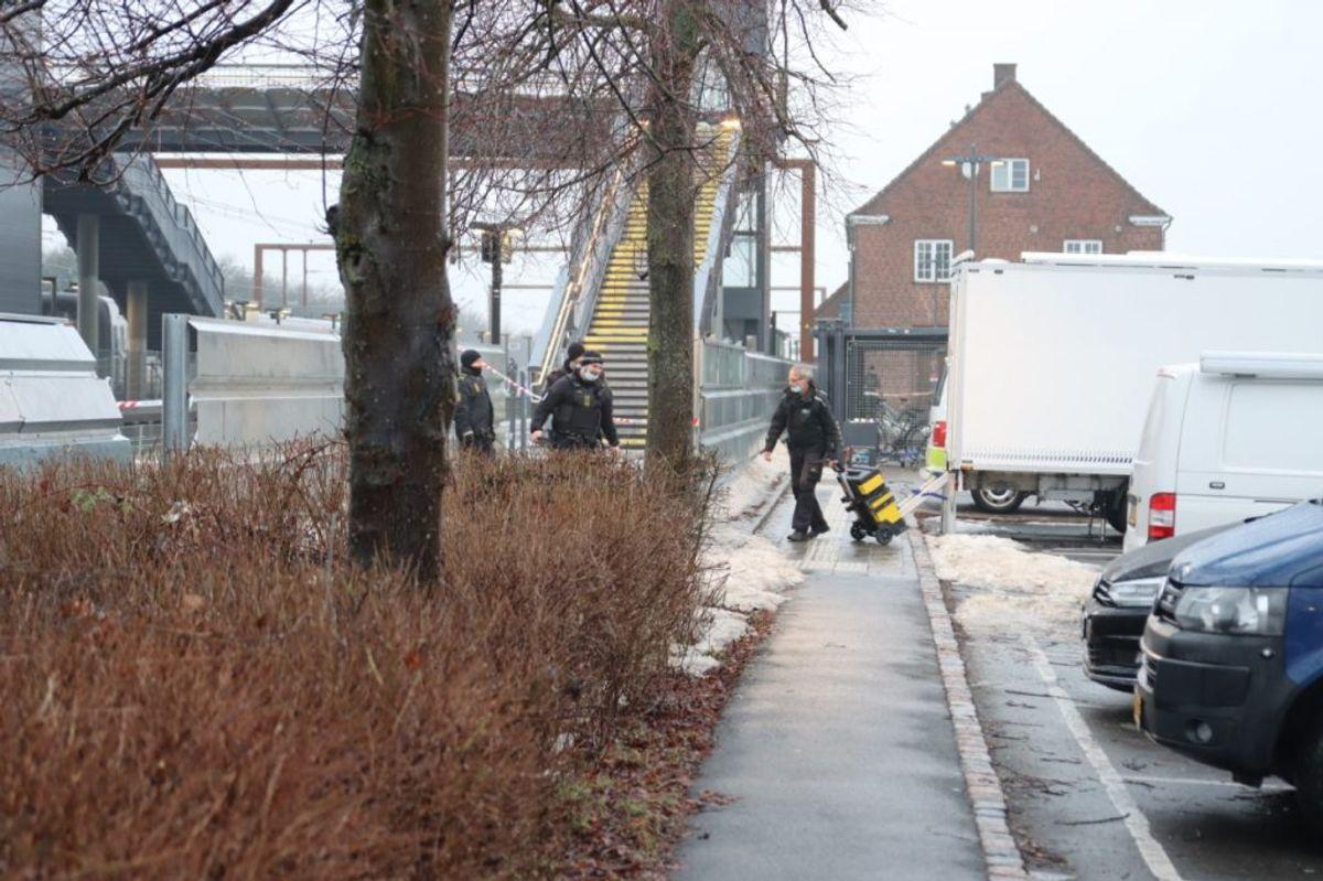 Politiet arbejder fortsat på stedet torsdag morgen. Klik for flere billeder. Foto: Presse-fotos.dk