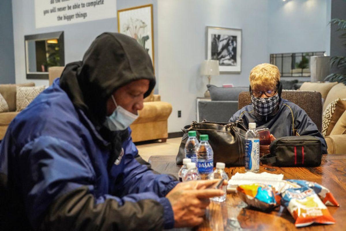 En møbelbutik i Texas holder åbent for frysende borgere under en historisk vinterstorm i delstaten. Foto: Go Nakamura/Reuters