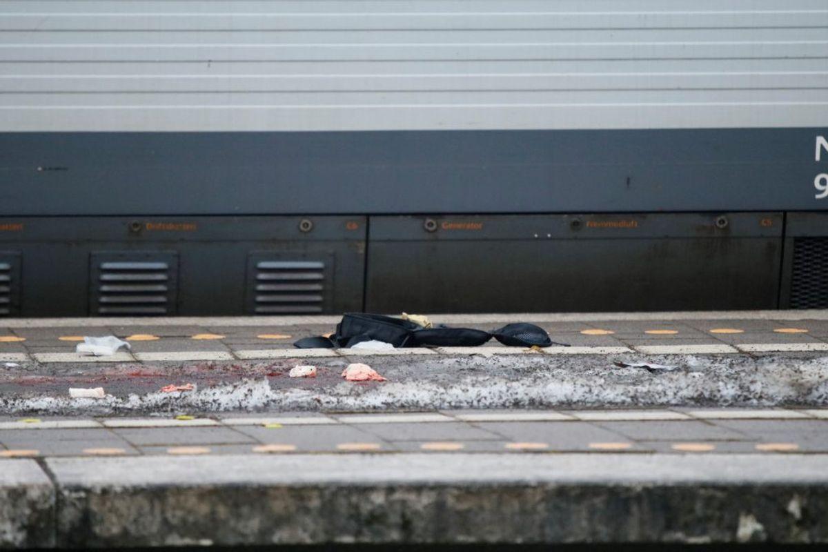 Der ligger blod på jorden på Lundby Station. KLIK VIDERE OG SE FLERE BILLEDER. Foto: presse-fotos