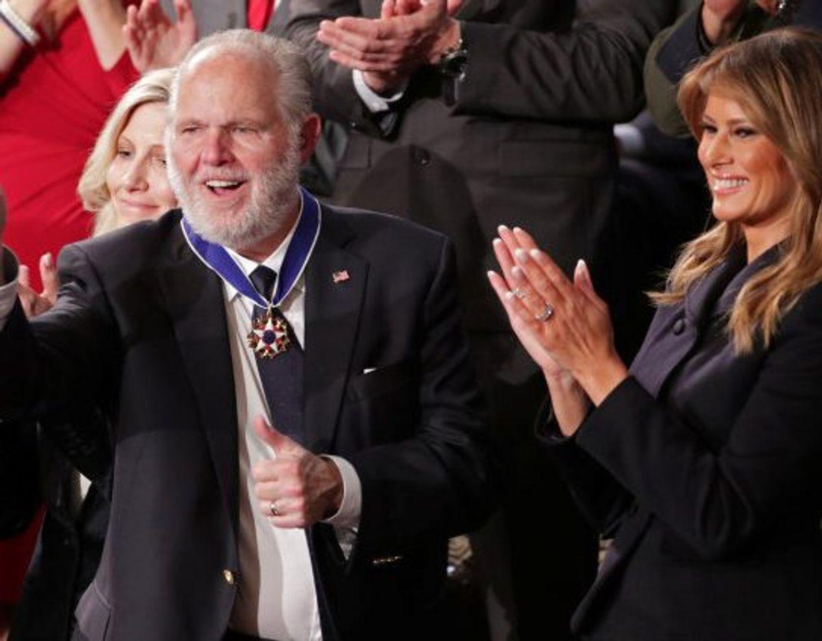 Rush Limbaugh blev i 2020 tildelt den prestigefyldte Presidential Medal of Freedom af daværende præsident Donald Trump (Arkivfoto). Foto: Jonathan Ernst/Reuters