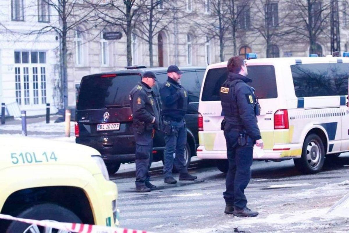 Politiet er lige nu massivt til stede ved den amerikanske ambassade i København. KLIK FOR FLERE BILLEDER FRA STEDET. Foto: Presse-fotos.dk