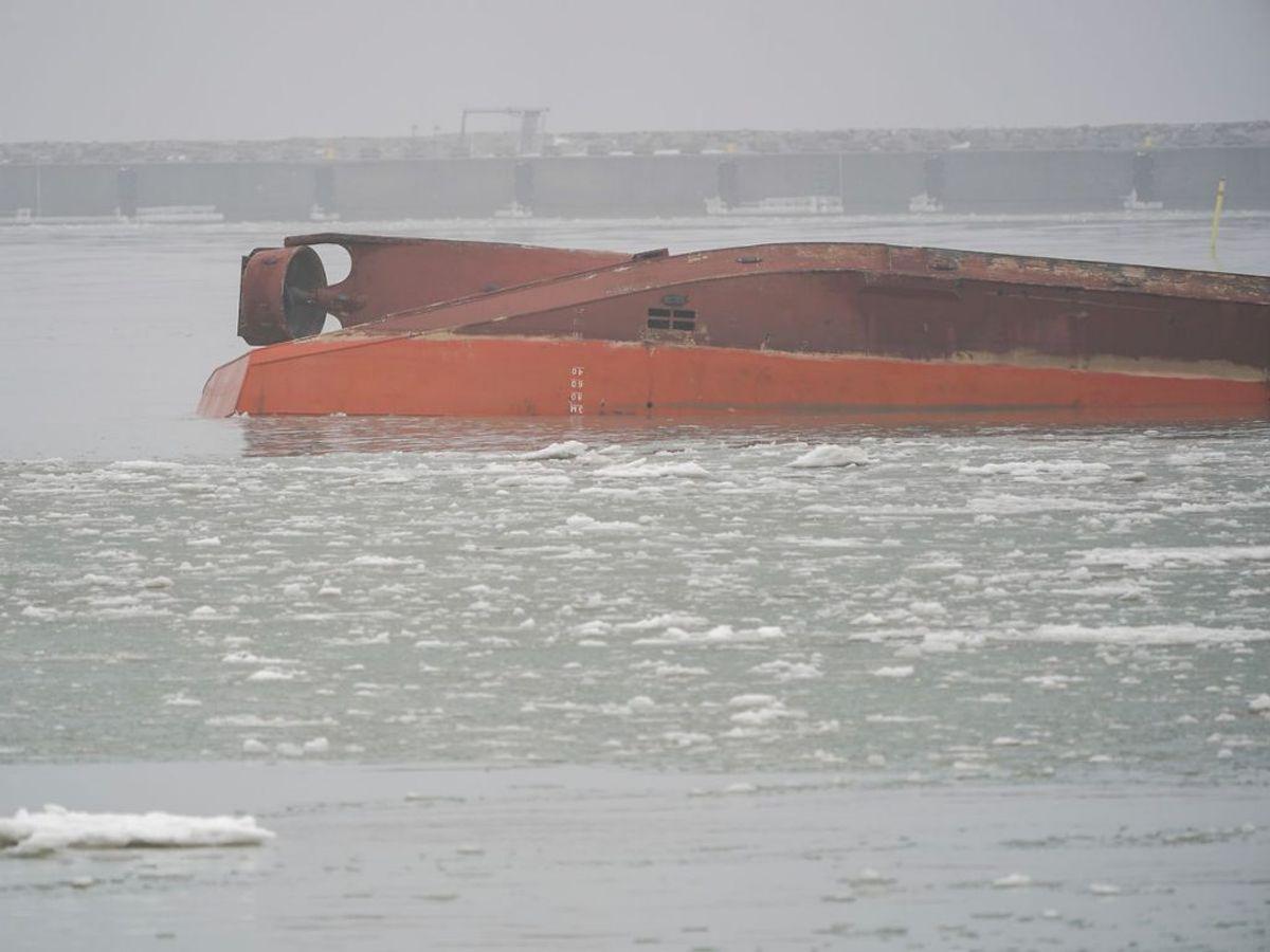 Et dansk skib er kæntret i havnen i den svenske by Trelleborg. KLIK FOR FLERE BILLEDER FRA STEDET. (Foto: 50090 Johan Nilsson/TT/Ritzau Scanpix)