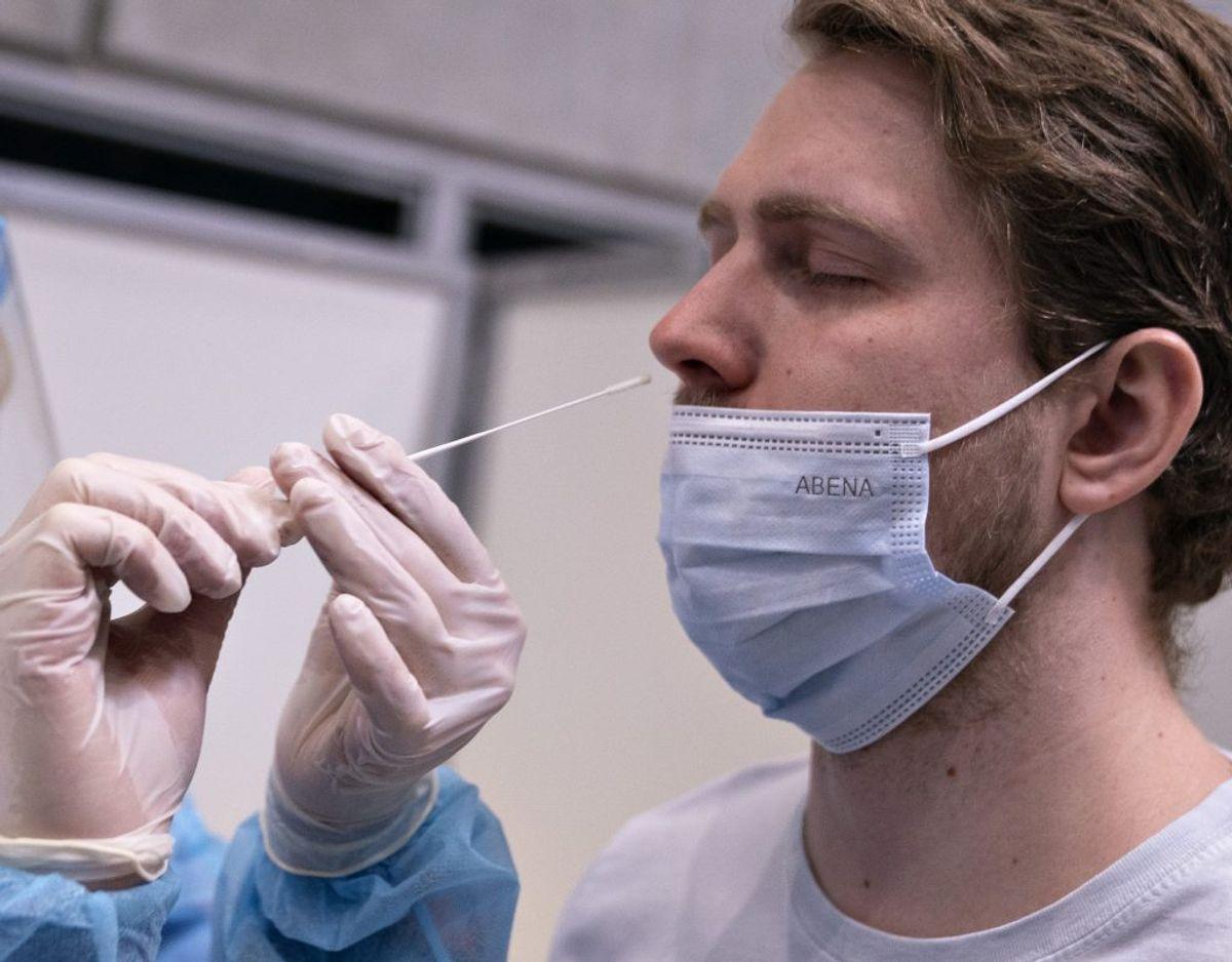 Lyntest bliver foretaget ved at stikke en podepind op i næsen, mens pcr-test er med en podepind i halsen. Foto: Henning Bagger/Scanpix.
