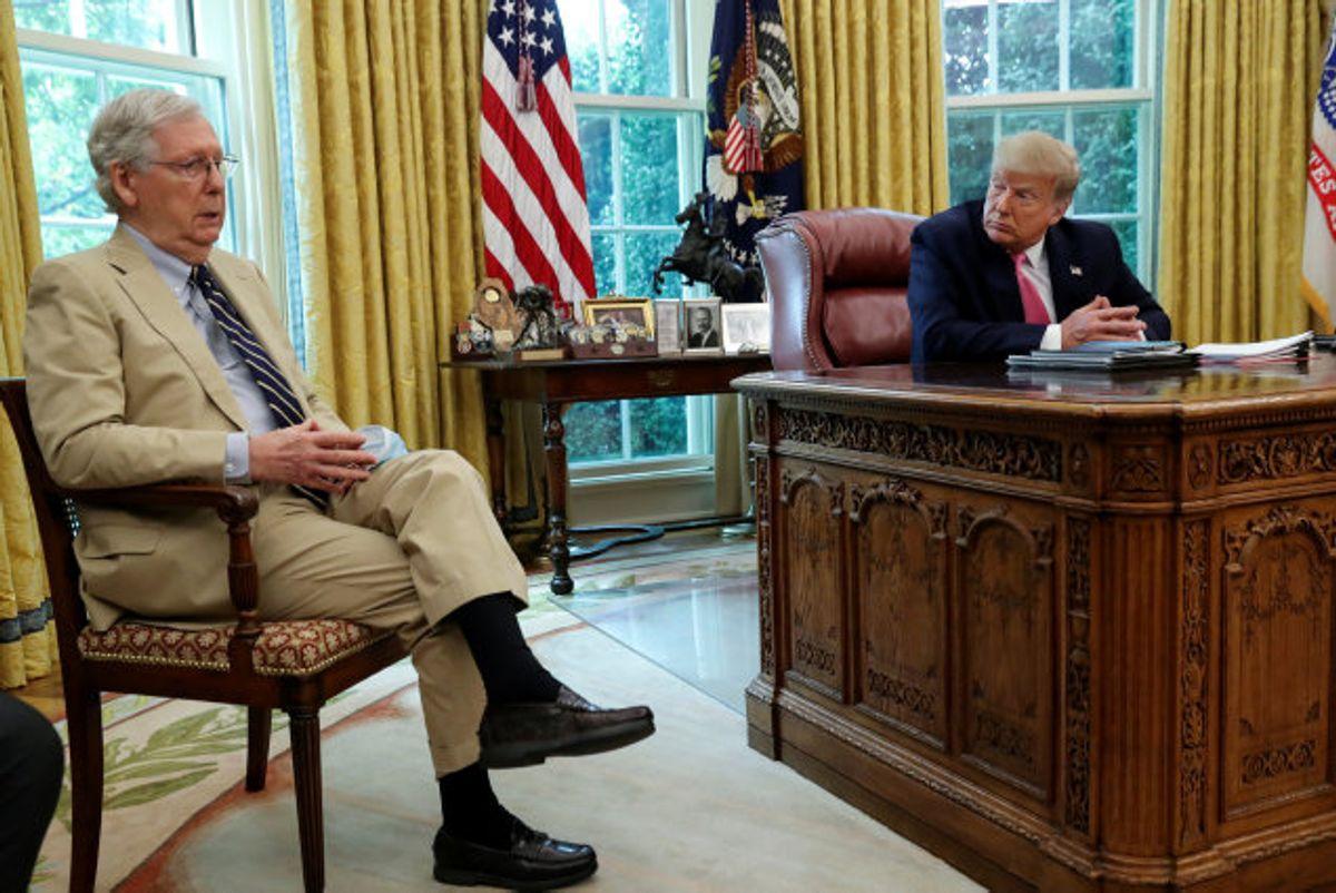 Mitch McConnell (tv.) og Donald Trump (th.) ses under en samtale i Det Hvide Hus. Konflikten mellem de to er på det seneste brudt ud i lys lue. (Arkivfoto) Foto: Leah Millis/Reuters