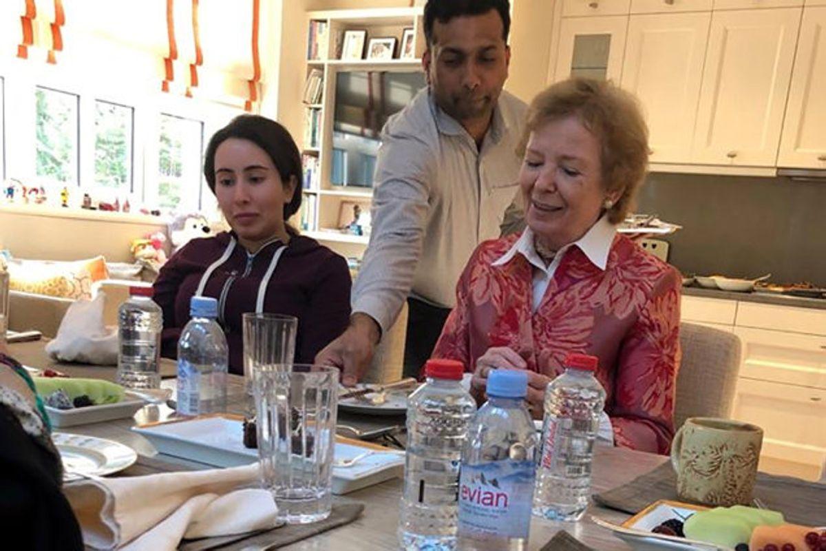 """Prinsesse Latifa blev sidst set i offentligheden under dette møde med tidligere FN-højkommissær Mary Robinson i december 2018. Dengang sagde Robinson, at Latifa virkede som en """"forstyrret ung kvinde"""". Nu siger Robinson, at hun blev """"narret"""" af prinsessens familie. Foto: Stringer/AFP"""
