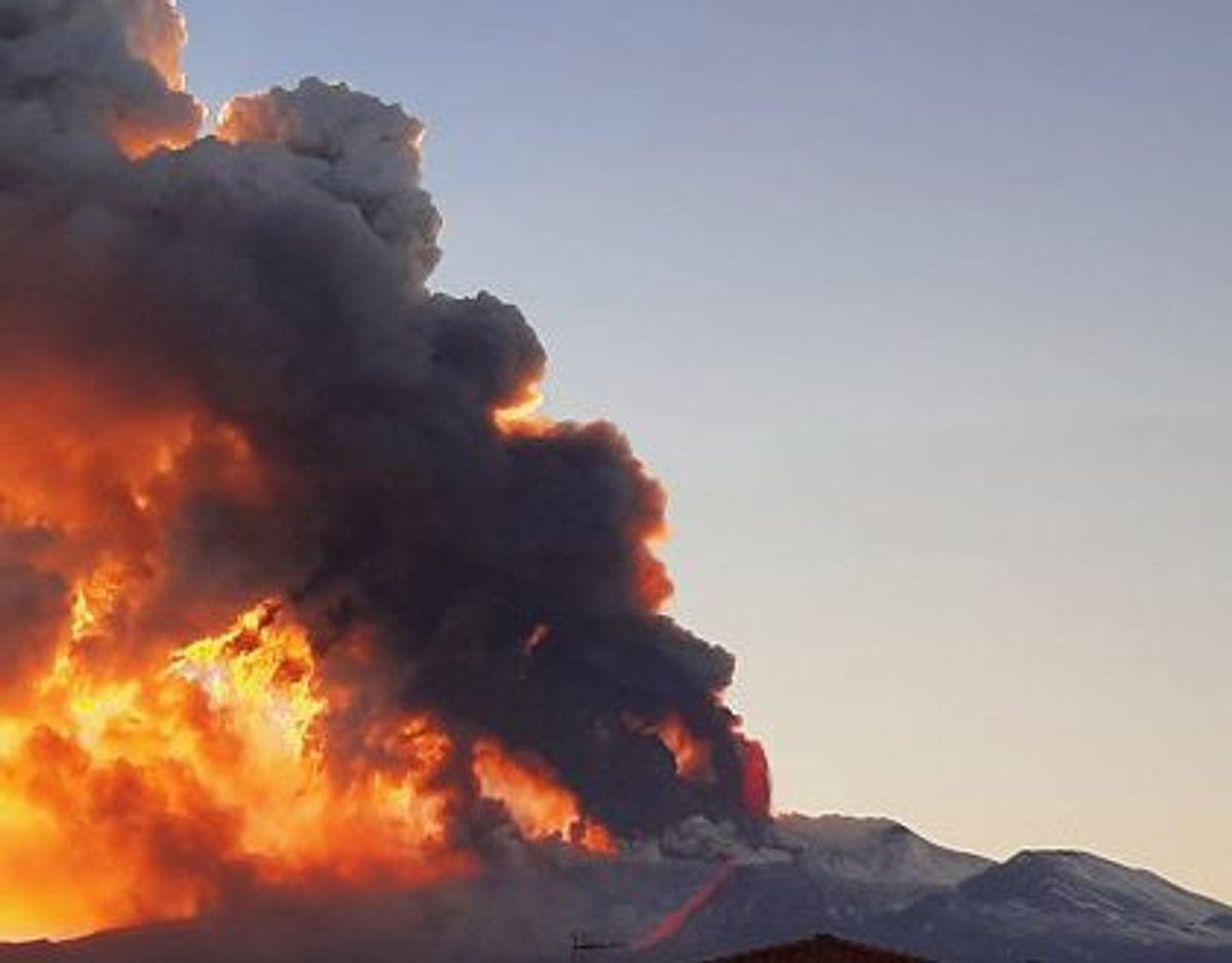 3324 meter høje Etna er en af verdens mest aktive vulkaner. KLIK FOR FLERE BILLEDER FRA UDBRUDDET. Foto: Alessia Grasso/Reuters