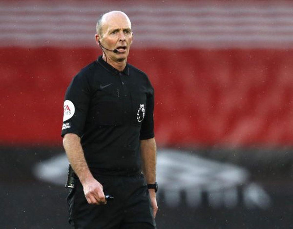 Efter dødstrusler er Mike Dean klar til igen af dømme Premier League-fodbold. Foto: Adrian Dennis/Reuters