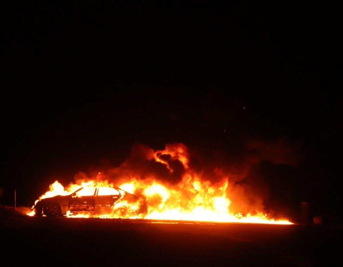 Voldsom bilbrand ved Fuglsang Sø i Herning. KLIK VIDERE OG SE FLERE BILLEDER. Foto: presse-fotos.dk