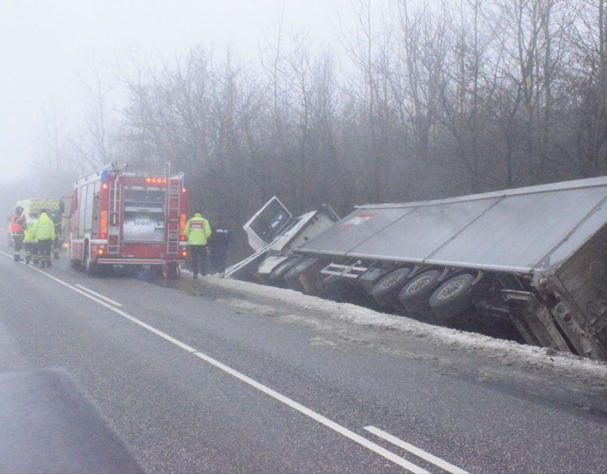 En lastbil kørte i grøften på Højsetvej i Agerskov. Foto: presse-fotos.dk