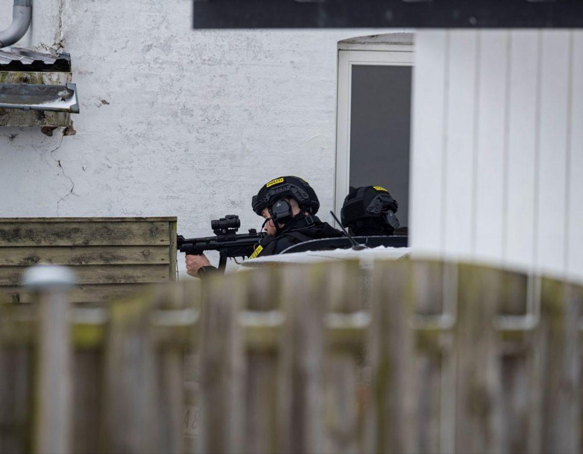 Kampklædt politi med trukne våben anholder mand. Foto: Rasmus Skaftved
