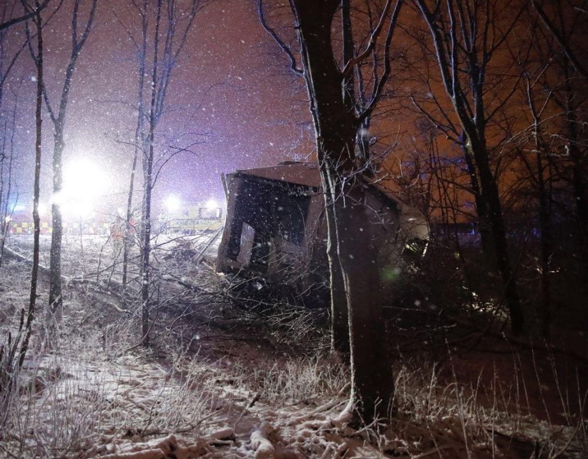 Beredskabsstyrelsen i fuld gang med at bjærge styrtet lastbil. KLIK VIDERE OG SE FLERE BILLEDER. Foto: presse-fotos.dk