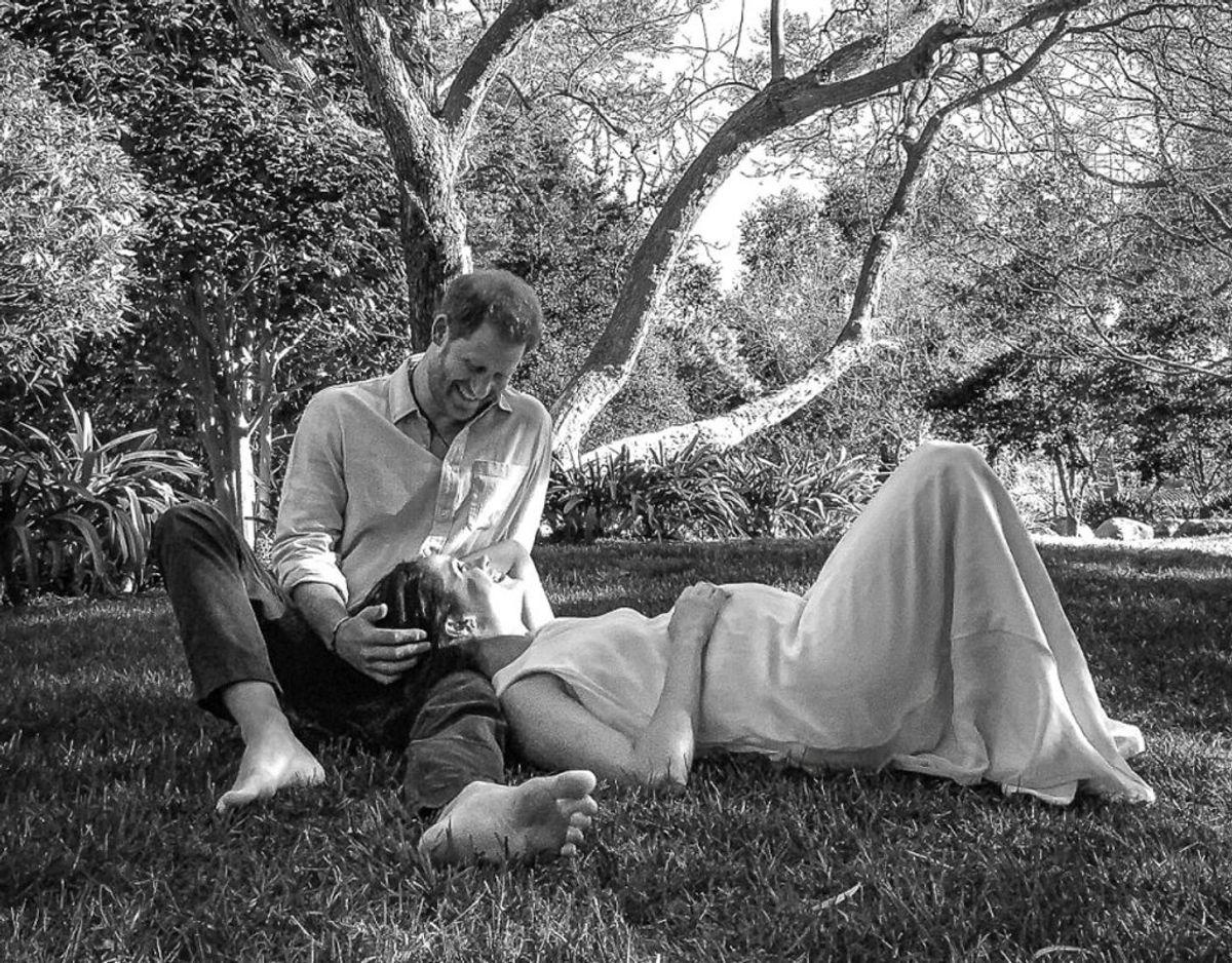 Det fantastisk foto, der fulgte med nyheden om, at Harry og Meghan nu venter barn nummer to. Klik videre i galleriet for flere billeder. Foto: Scanpix/Misan Harriman/The Duke and Duchess of Sussex