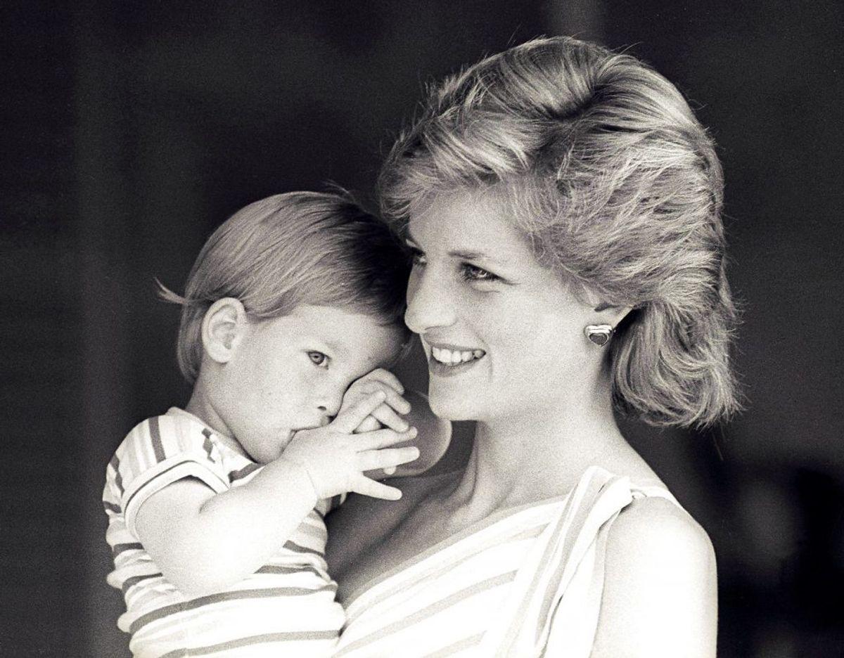 En lille prins Harry foreviget sammen med sin mor tilbage i august 1988. Klik videre for flere billeder. Foto: Scanpix/REUTERS/Hugh Peralta