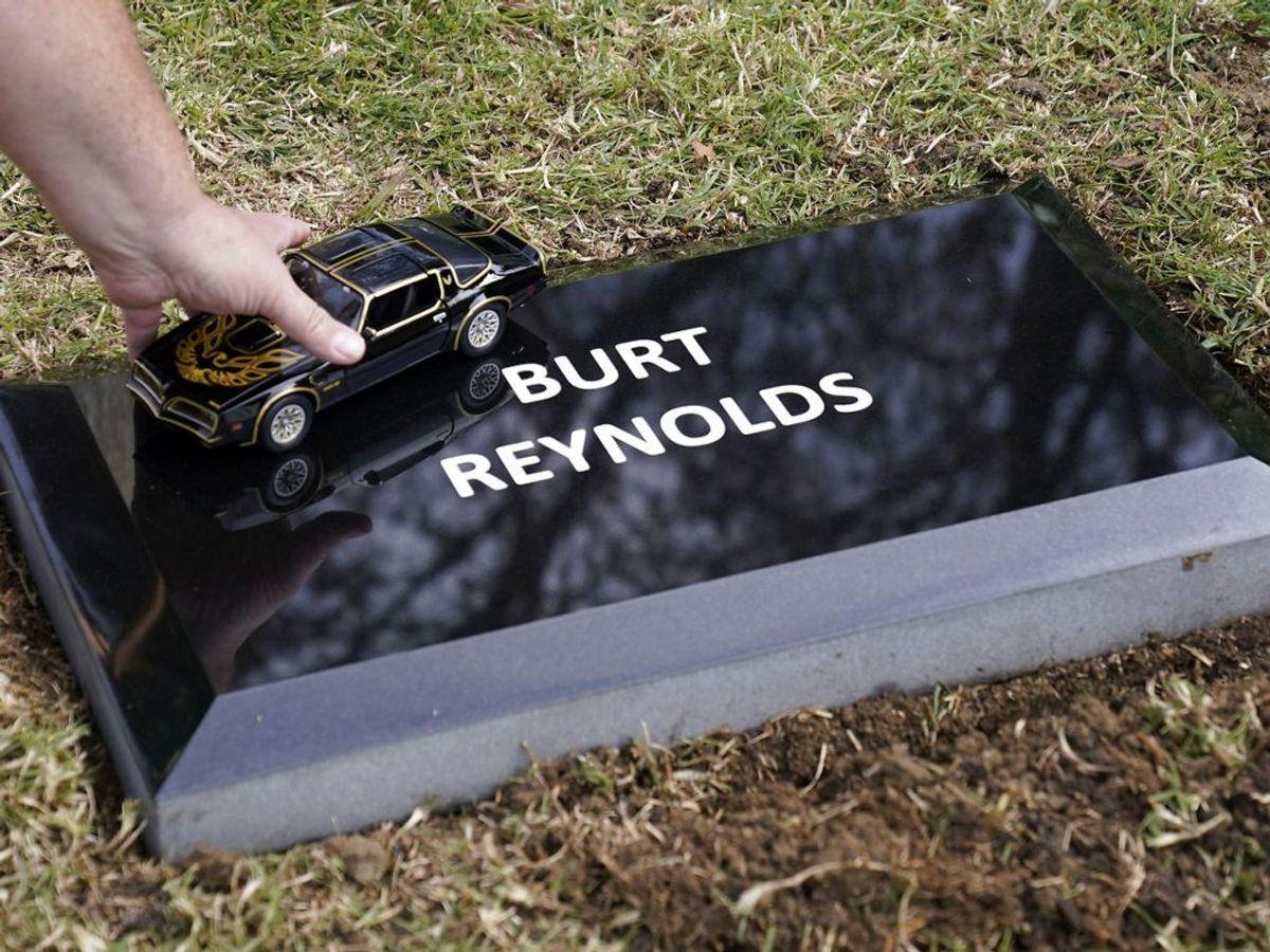 Burt Reynolds aske er begravet. En fan hylder med den ikoniske bil. Foto: Chris Pizzello/Scanpix.