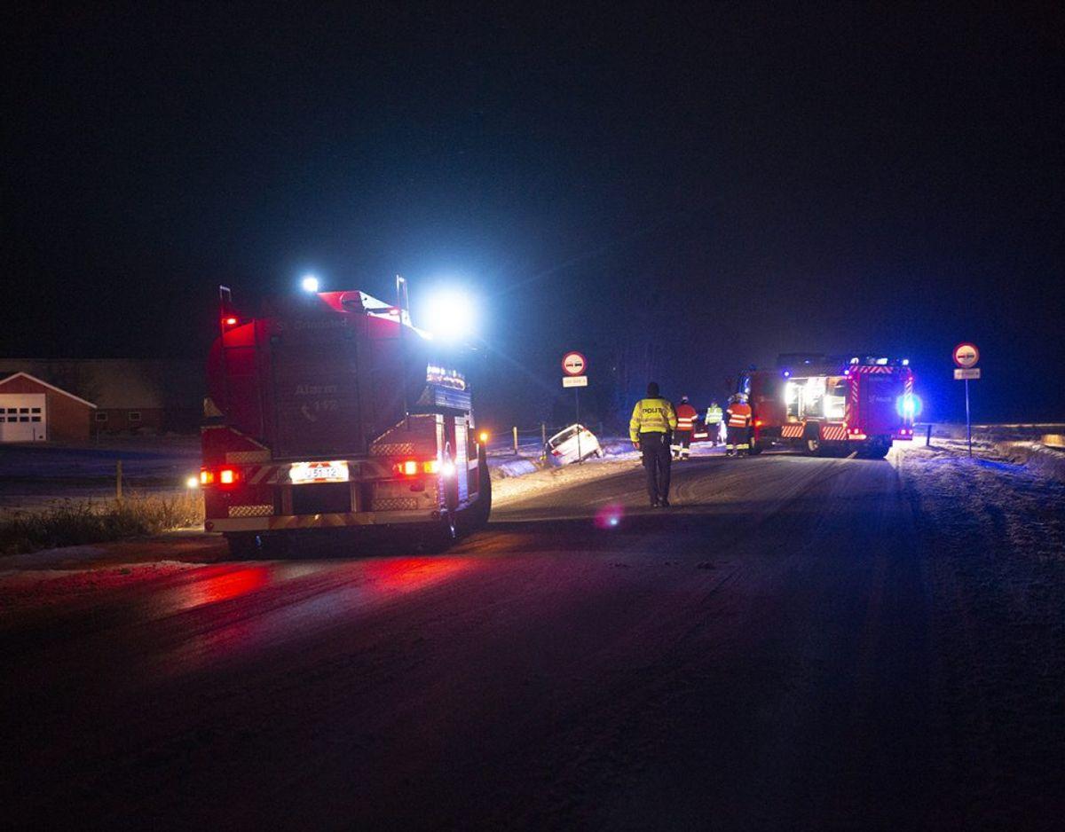 Brandvæsenet har nui trukket bilen op af vejgrøften – Foto: René Lind Gammelmark