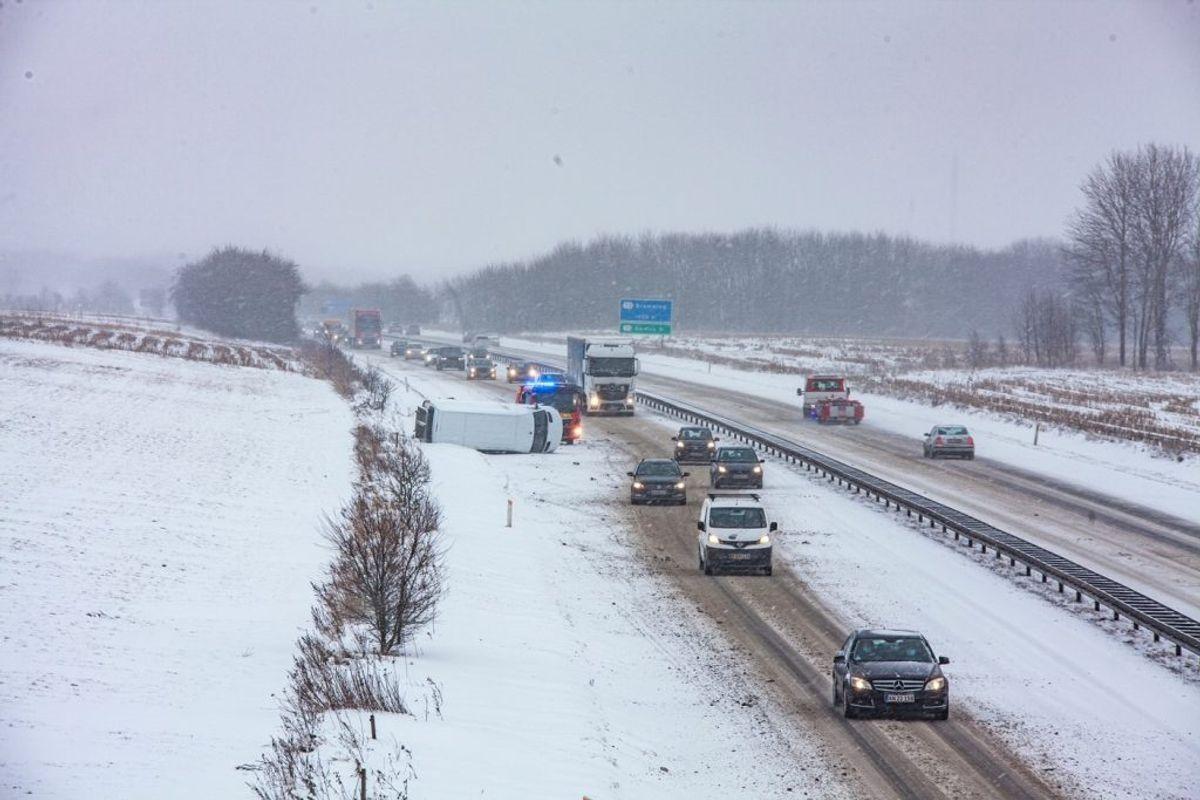 En varebil væltede mandag på Esbjergmotorvejen. Der er ryddet op efter uheldet og alle spor er farbare. KLIK FOR FLERE BILLEDER FRA UHELDET. Foto: Presse.fotos.dk