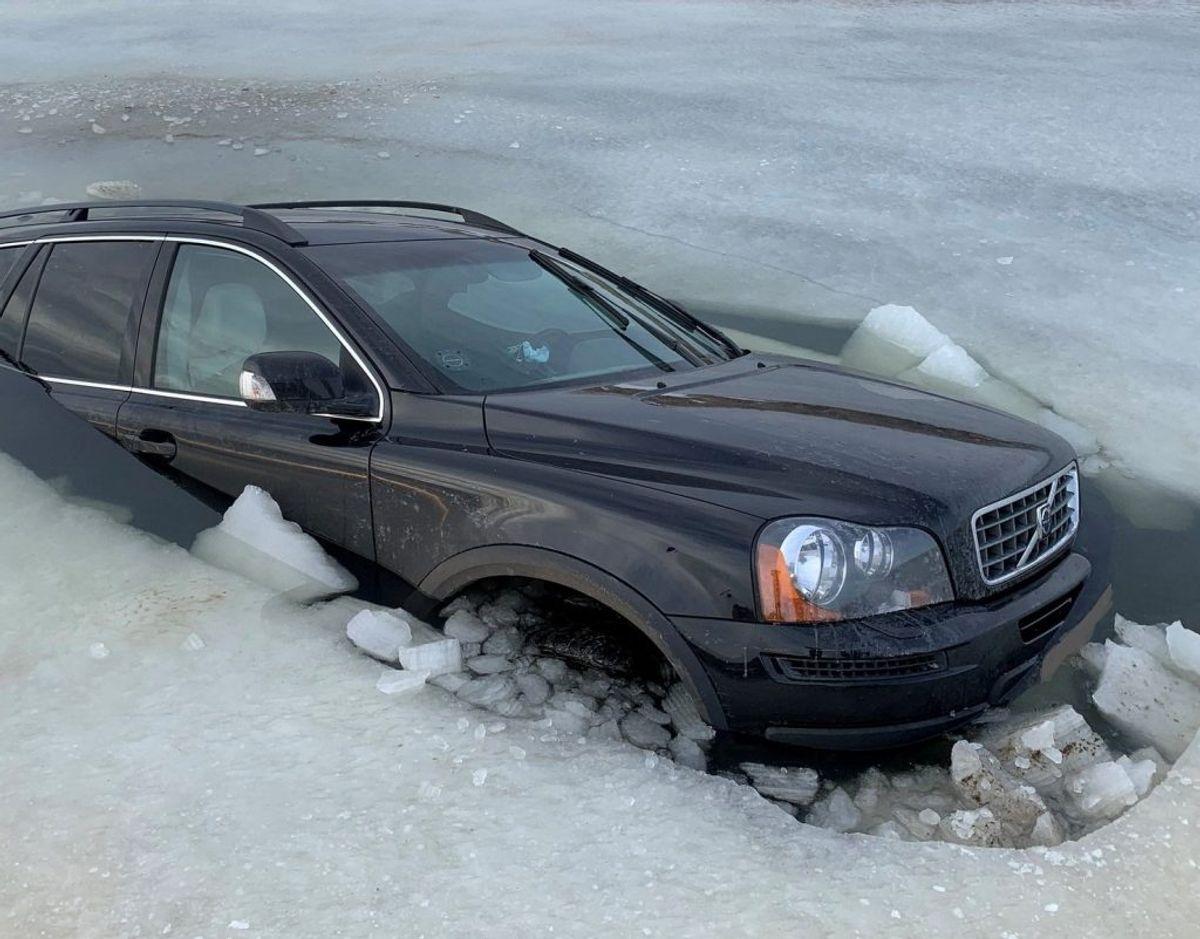 Det var denne Volvo XC90, der lørdag gik gennem isen ved Lakolk på Rømø. Foto: Syd- og Sønderjyllands Politi.