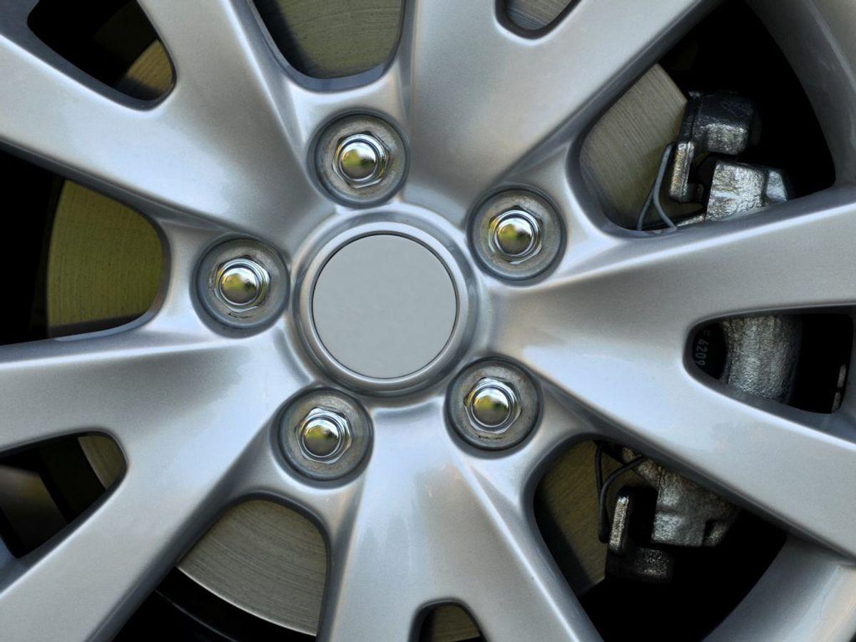 Bremserne: Rust på bilens bremser eller bremserørene, kan føre til livstruende situationer. Rust skyldes blandt andet salt, fugt og grus fra vejene om vinteren. Bremserne stopper med at fungere: Når der er frost, is og sne på vejene er det ekstra vigtigt at kunne stoppe bilen. Det fugtigt vintervejr øger risikoen for, at der kommer vand i bremsevæsken. Vand i bremsesystemet forhindrer bilen i at bremse, selv når du træder pedalen helt i bund.