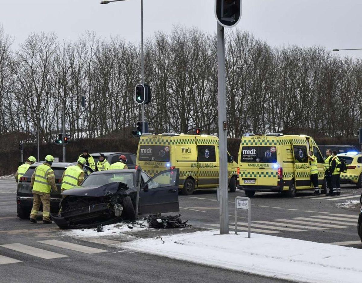 To biler kørte mandag morgen frontalt sammen i et befærdet kryds. Begge førere er kørt på skadestuen. KLIK for flere billeder. Foto: Øxenholt Foto.