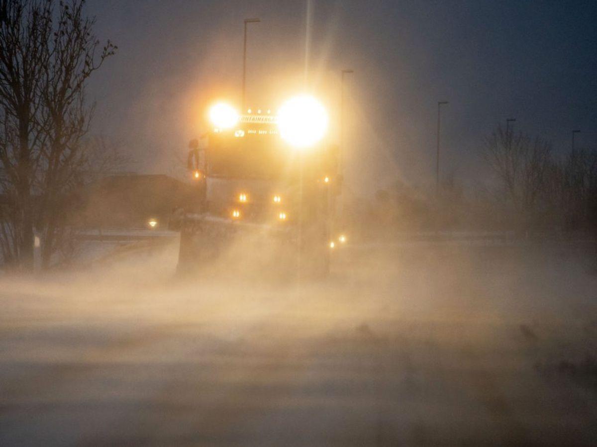 Der kan stedvis forekomme is- og sneglatte veje, isslag, våde vejbaner og snefygning. (Foto: Mads Claus Rasmussen/Ritzau Scanpix)