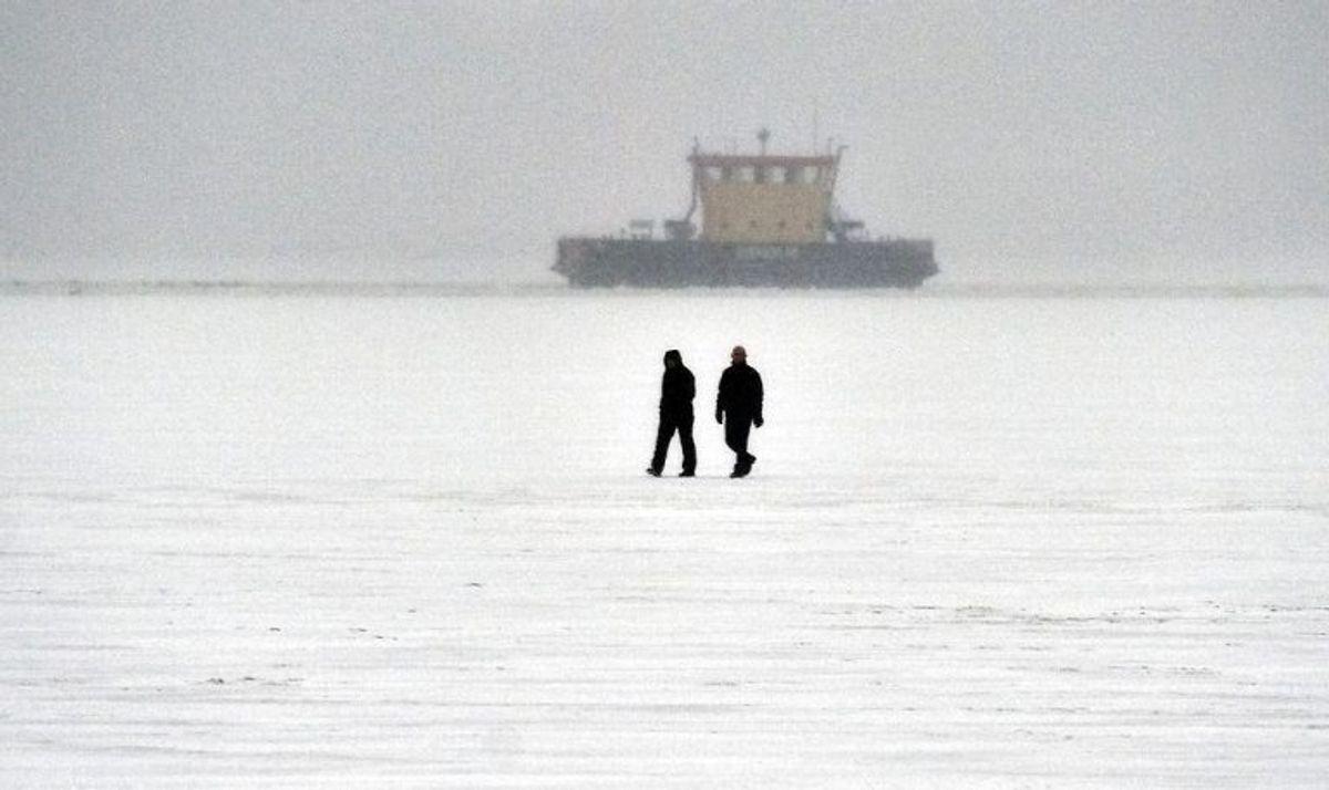 Klik igennem galleriet for at lære, h´vordan du skal hjælpe, hvis en person er faldet gennem isen. Foto: Henning Bagger/Scanpix